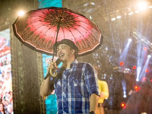Wesley Safadão usou um guarda-chuva durante o show em Caruaru (Foto: Divulgação/Ederson Lima - Assessoria)