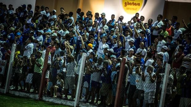 Torcedores usam celulares para iluminar estádio (Foto: Filippe Araújo / FSF)