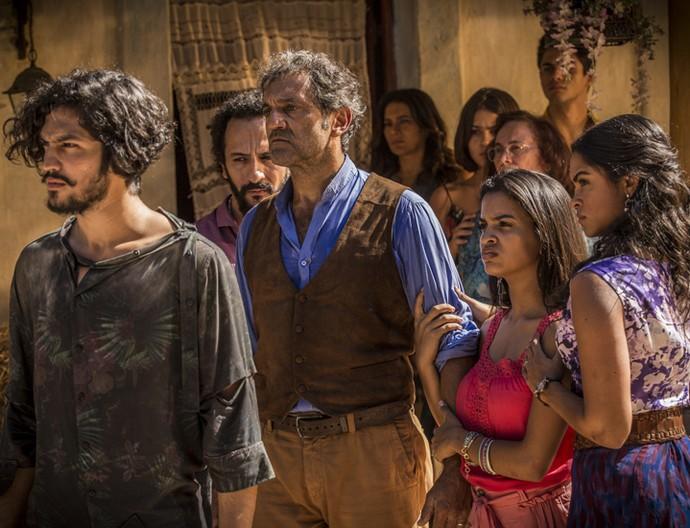 Miguel confronta o de Sá Ribeiro e fica do lado de sua nova família (Foto: Inácio Moraes/ Gshow)