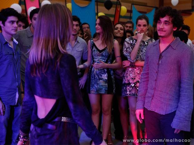 Dinho e Lia se reencontram e Vitor só observa (Foto: Malhação/ TV Globo)