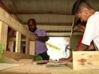 Estofador de móveis cria projeto para ajudar jovens de Paraíba do Sul, RJ