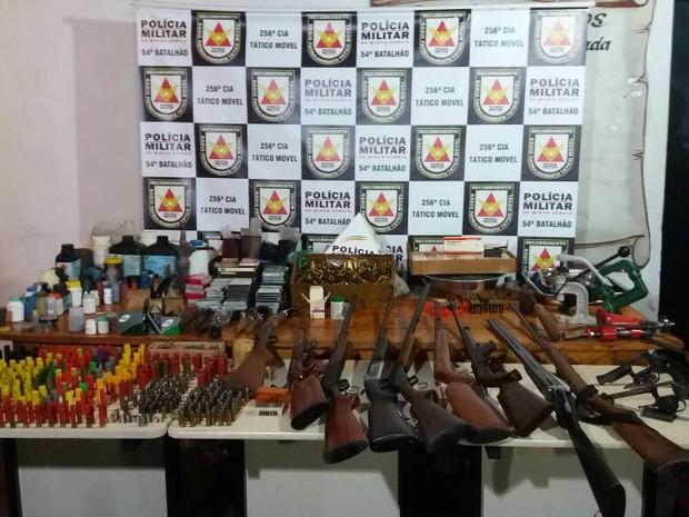 Armas e munições aprrendidas em Santa Vitória, MG (Foto: Polícia Militar/Divulgação)