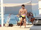 Eriberto Leão joga vôlei na praia do Leblon