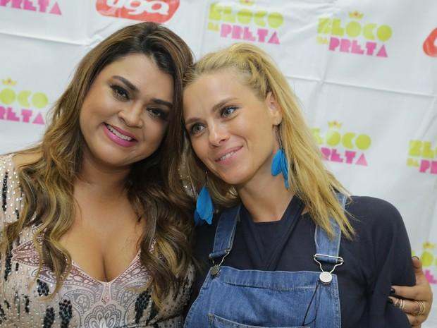 Preta Gil e Carolina Dieckmann em bastidores de show na Zona Sul do Rio (Foto: Marcello Sá Barretto/ Ag. News)