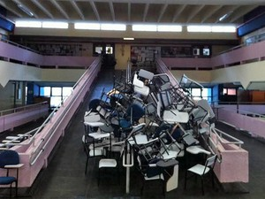 No prédio dos cursos de história e geografia da USP, o primeiro semestre ainda não terminou, e a greve de professores, funcionários e estudantes já dura dois meses (Foto: Ana Carolina Moreno/G1)