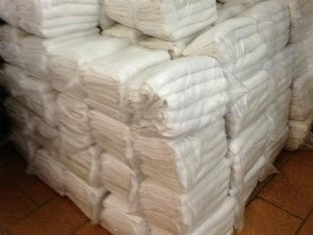 Lavanderia tem estoque de oito mil toalhas para pet shops (Foto: Thais Kaniak / G1 PR)