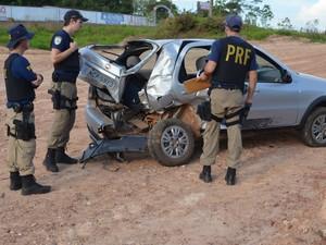 Carro ficou destruído com a pancada na traseira, mas não houve feridos. (Foto: Rogério Aderbal/G1)