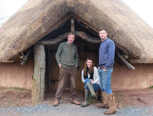 Charles Cole com seus filhos Lizzie e Hedley; eles construíram a cabana com as próprias mãos por 6 meses, usando técnicas primitivas (Foto: Upcott Roundhouse/Divulgação)