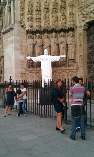 Notre Dame de Paris exibe réplica do Cristo Redentor (Foto: Divulgação/BBC)