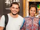Grávida, Yanna Lavigne prestigia Bruno Gissoni no teatro