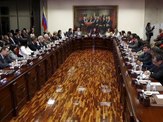 A presidente da Suprema Corte da Venezuela, Gladys Gutierrez (centro), participa de reunião com membros da corte e os novos juízes nomeados na sede da Suprema Corte em Caracas, na quarta (23) (Foto: Reuters/Carlos Garcia Rawlins)
