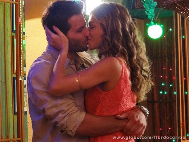 Ester e Cassiano ficarão juntos de novo (Foto: Flor do Caribe / TV Globo)