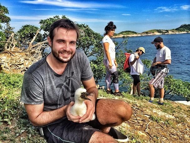 Max Fercondini acompanha o monitoramento de atobás-marrons nas Ilhas Cagarras, Rio de Janeiro (Foto: Divulgação)