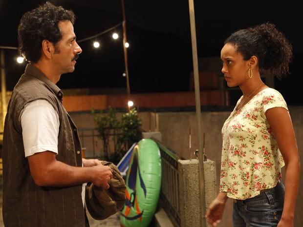 Penha fica fula da vida com Sandro (Foto: Cheias de Charme / TV Globo)