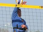 Sem aliança e de quimono, Flavio Canto joga vôlei  na praia de Ipanema