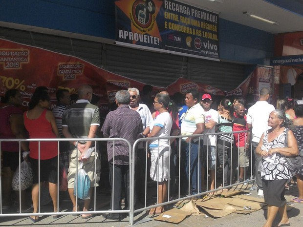 47377b5271b Consumidores fazem fila em frente a loja no centro de Maceió (Foto  Larissa  Vasconcelos