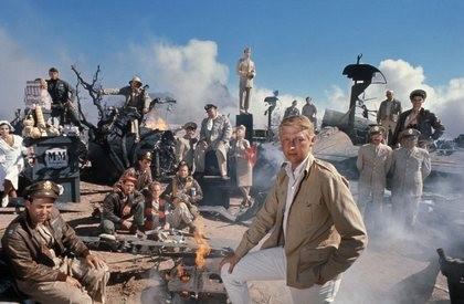 O diretor Mike Nichols e o elenco de 'Ardil 22' (Paula Prentiss, Alan Arkin, Jon Voight, Bob Newhart, Martin Sheen, Art Garfunkel, Orson Welles, Anthony Perkins, Buck Henry, Martin Balsam) (Foto: Reprodução)