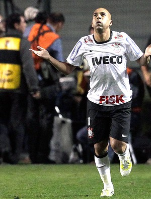 Emerson comemora gol do Corinthians contra o Boca Juniors final (Foto: AP)