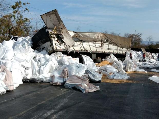 Acidente causou tombamento de carreta carregada com embalagem plástica (Foto: Blog do Sigi Vilares)