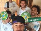 Vai ter pagode! Neymar ganha instrumentos de Alexandre Pires
