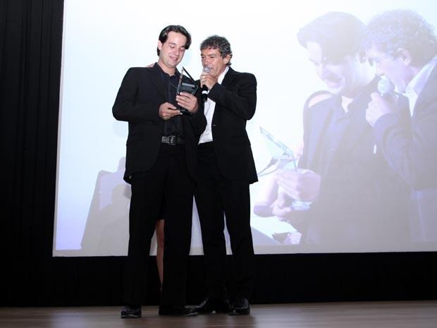 Victor Coldbelli recebeu o prêmio ao lado do ator Antônio Bandeiras. (Foto: Arquivo pessoal)