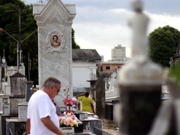 Segundo Necrópole de Belém, túmulo de Josephina Conte é um dos mais visitados no dia de finados. (Foto: Ingrid Bico/ G1)