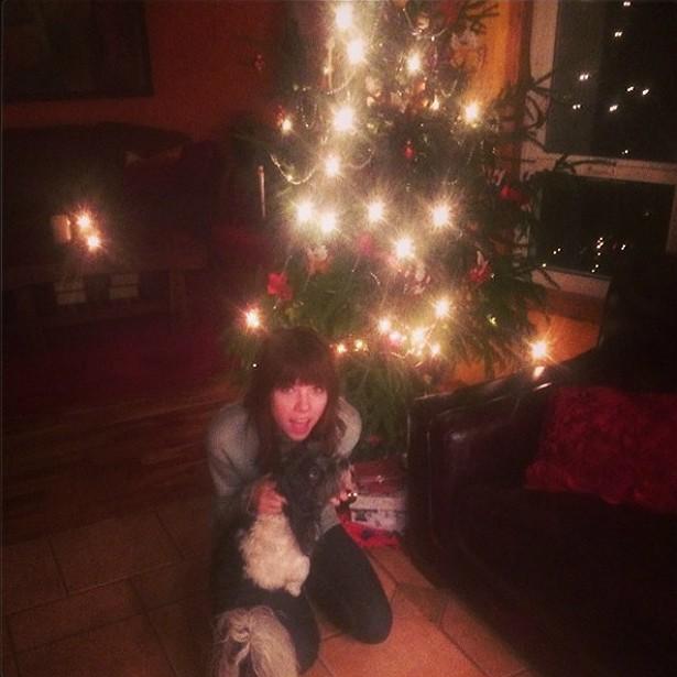 A cantora Carly Rae Jepsen parece ansiosa pela chegada do Papai Noel, você não acha? (Foto: Instagram)