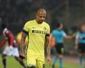 Felipe Melo é expulso, mas Inter de Milão bate Bologna e dorme líder