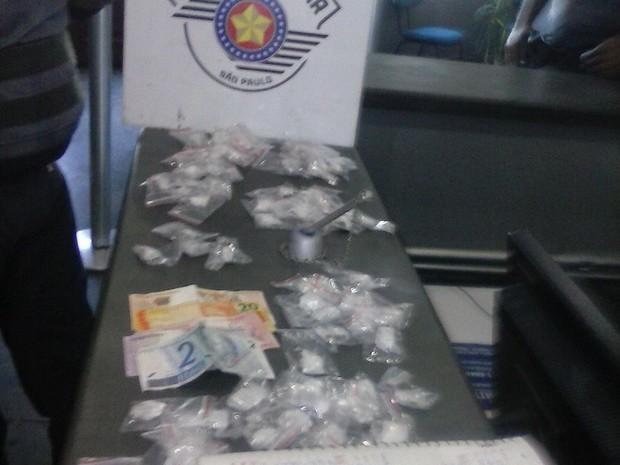 Policiais apreenderam maconha, dinheiro e caderno com anotações do tráfico (Foto: Polícia Militar/Divulgação)