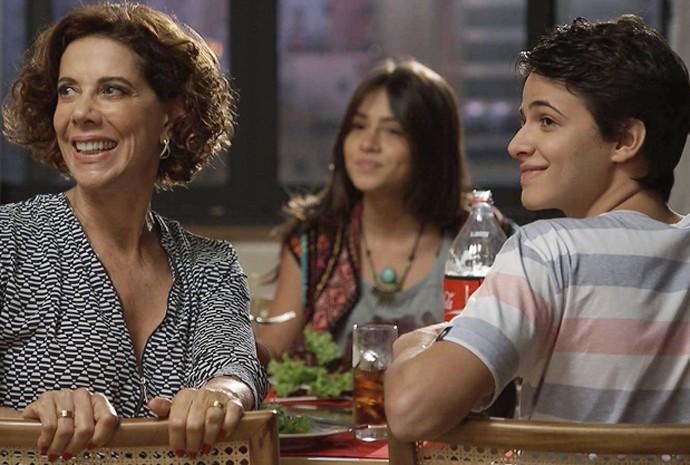 A família fica feliz com a chegada de Tomás (Foto: Divulgação/TV Globo)
