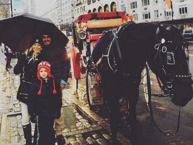 Danielle Winits com o filho caçula, Guy, e o marido, André Gonçalves, em Nova York, nos Estados Unidos (Foto: Instagram/ Reprodução)