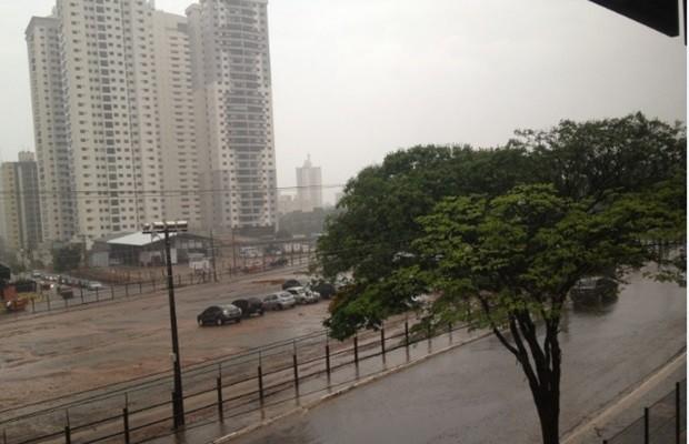 Céu permaneceu encoberto em boa parte do dia em Goiânia (Foto: Fernanda Borges/G1)