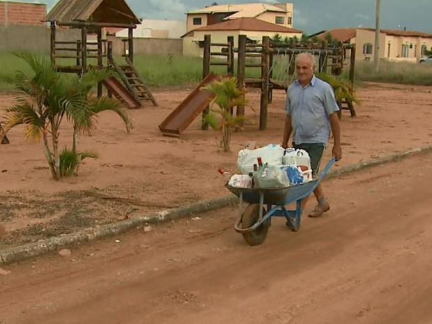 Moradores levam lixo em carriola no bairro Varjão em São Carlos (Foto: Marlon Tavoni/ EPTV)