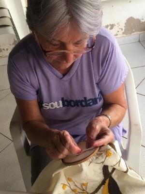Rosemélia é uma das primeiras bordadeiras do grupo (Foto: Murillo Velasco/G1)