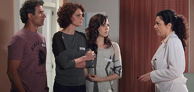 Gilson, Lygia e Liara ouvem a médica falar sobre o estado de Samuel (Foto: Cheias de Charme / TV Globo)