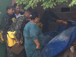 Soldados visitam residências para combater Aedes (Foto: Thays Estarque/G1)