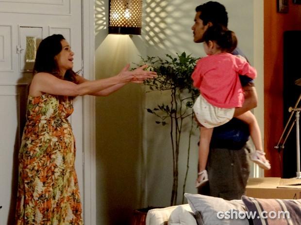 Juliana tenta impedir Jairo de ir embora com Bia (Foto: Em Família / TV Globo)