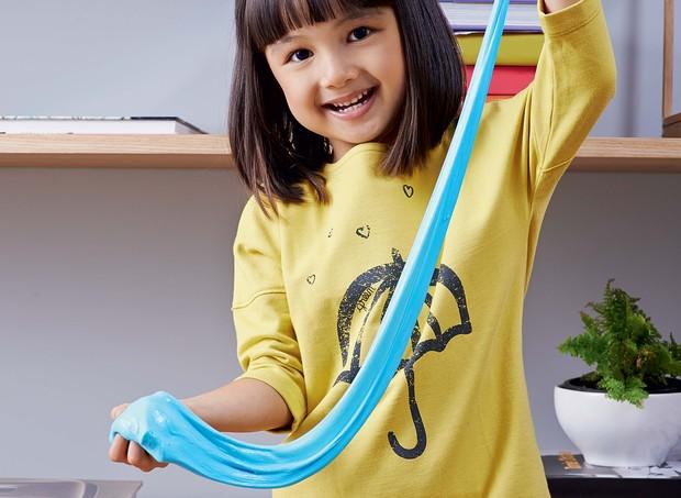 Basta alguns utensílios e quatro ingredientes para preparar a geleca. Chame os filhos para participar e boa diversão (Foto: Guto Seixas/Editora Globo)