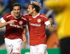 Damião e Forlan, Botafogo x Internacional (Foto: Agência Reuters)
