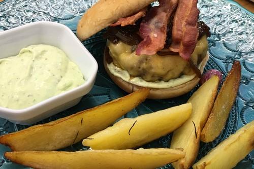 Hambúrguer com batatas rústicas