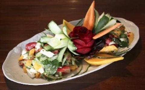 Salada de verão com manga, morango e hortelã
