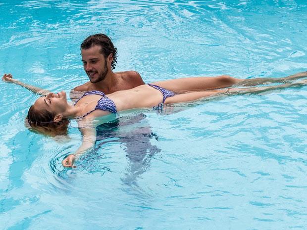Júlia e Pedro se divertem na piscina (Foto: Artur Meninea / Gshow)