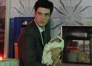 Félix pega bebê da irmã e abandona em uma caçamba de lixo (Foto: TV Globo)