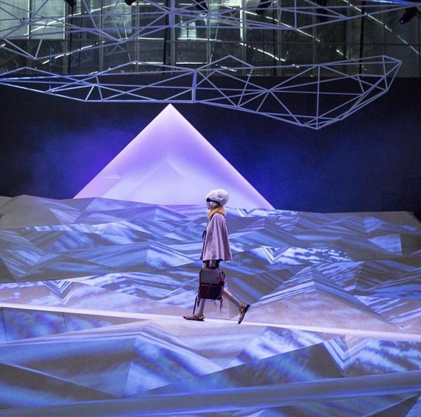 Anya Hindmarch teve uma das passarelas mais criativas da Semana de Moda de Londres (Foto: Reprodução / Instagram)