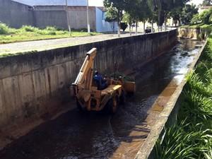 Força tarefa para limpar ribeirão em Pará de Minas (Foto: Prefeitura de Pará de Minas/ Divulgação)