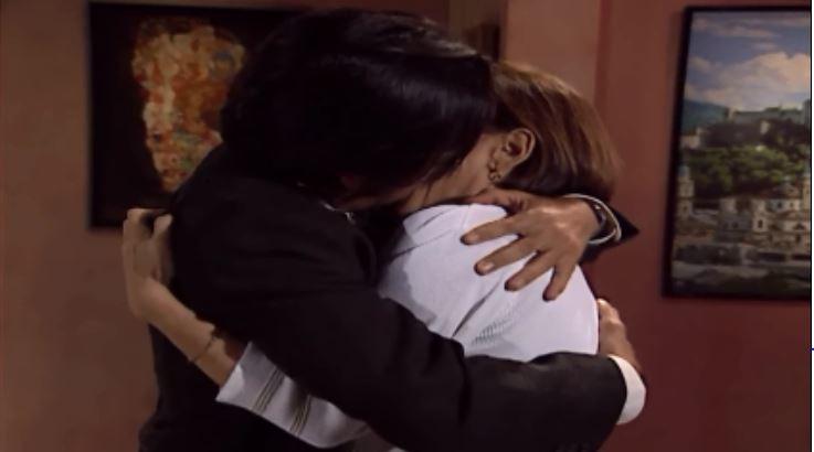 Lcia e Alexandre se beijam (Foto: Reproduo/viva)