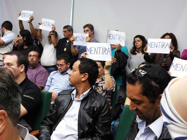 """Auditores que assistiam à reunião da comissão da CLDF levantaram cartazes escritos com a palavra """"mentira"""" durante fala do diretor do DFTrans, Marco Antônio Campanella (Foto: Isabella Formiga/G1)"""