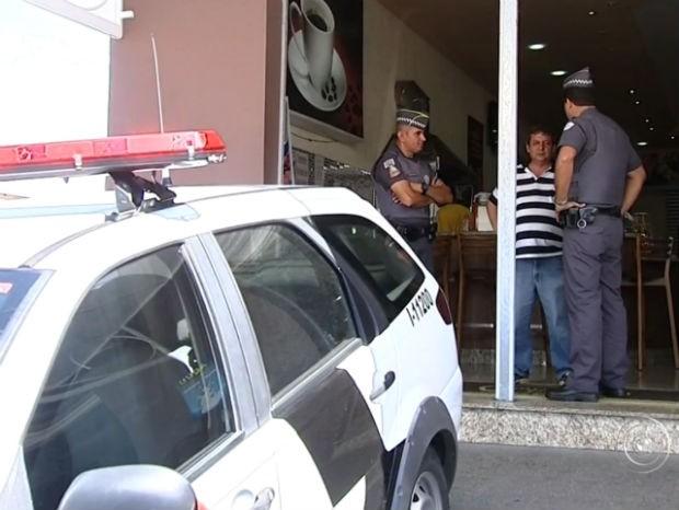 Policiais conversam com comerciante vítima de assalto em Cabreúva (Foto: Reprodução / TV Tem)