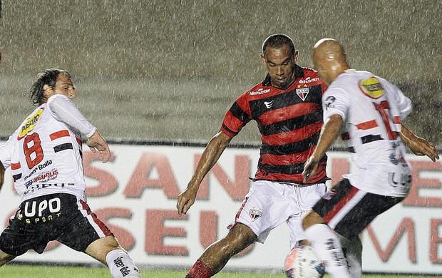 Robston, meia do Atlético-GO, contra o Anápolis (Foto: Renato Conde/O Popular)