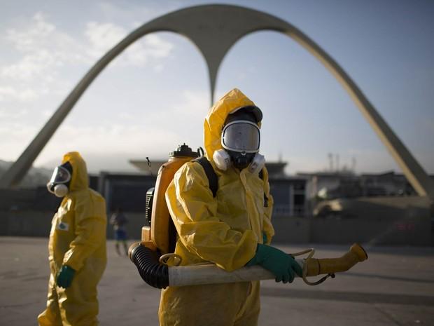 Equipe de saúde faz trabalho de prevenção contra o mosquito Aedes aegypti, que transmite doenças como a dengue e o vírus zika, no sambódromo da Sapucaí, no Rio de Janeiro (Foto: Leo Correa/AP)